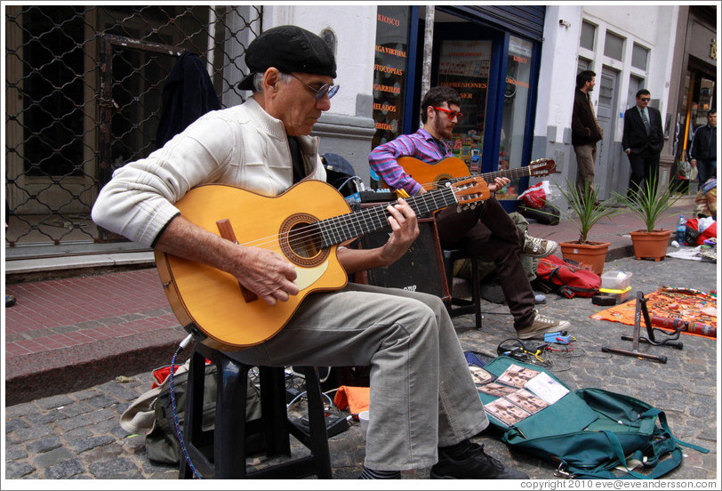 A talented duo called Guitarras Fussion (Elio Gerardi & Nelson Piazza). Sunday market, Calle Defensa, San Telmo.