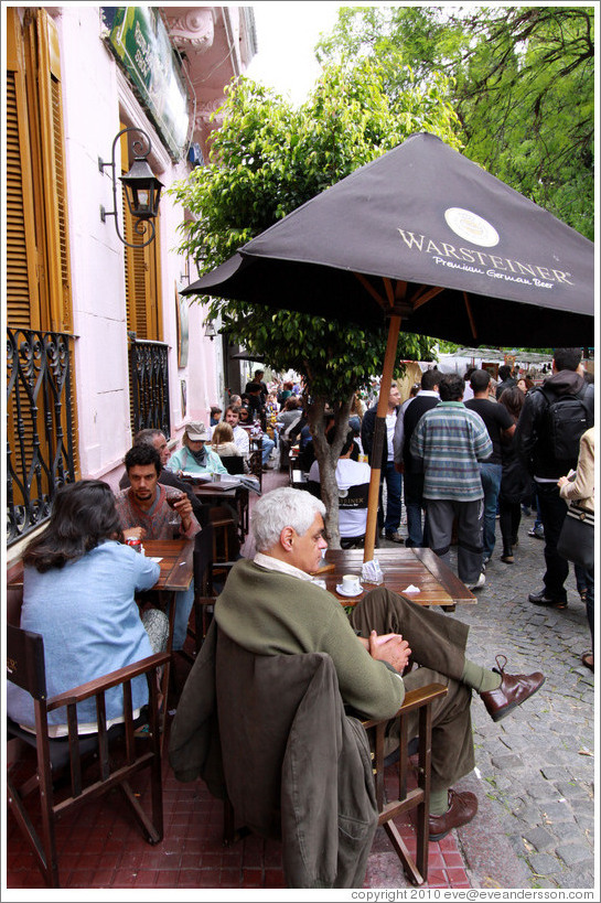 Caf� with outdoor tables, Calle Humberto Primo. San Telmo.