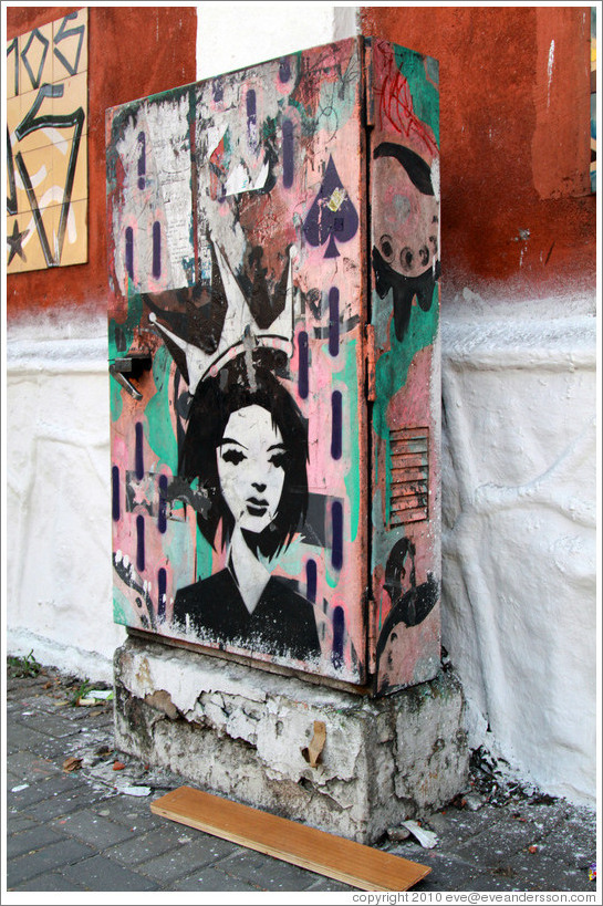 Graffiti: woman with a crown on a pink background.  Villa Magdalenda neighborhood.  Rua Cardeal Arcoverde.