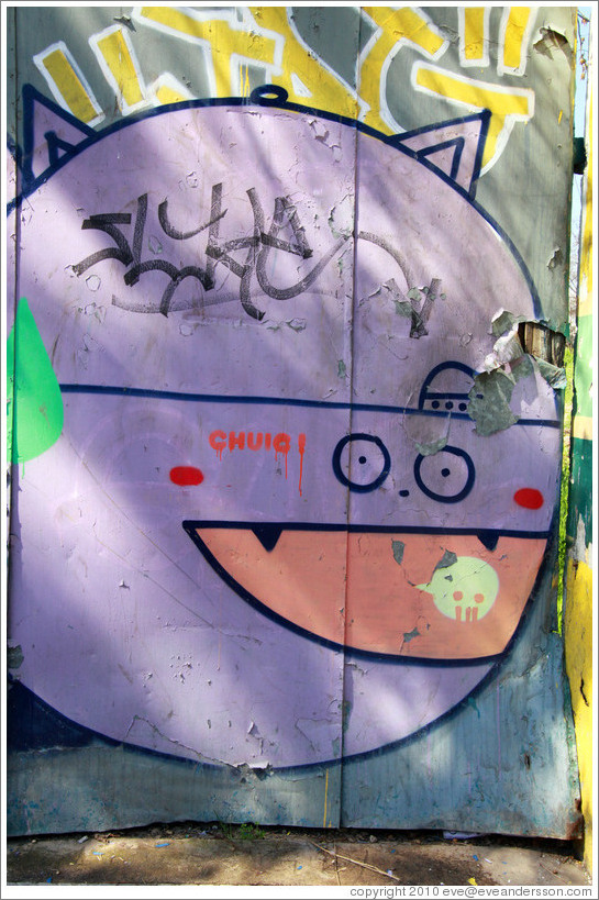 Graffiti: spherical lavender creature, perhaps a cat.  Constituci?Bellavista neighborhood.