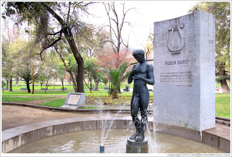 Fountain in honor of poet Rub?Dar? Parque Forestal.