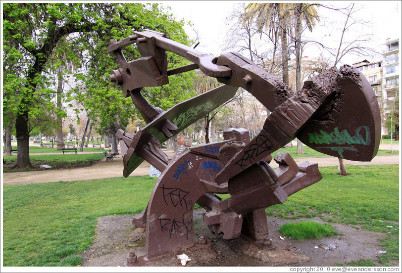 Sculpture entitled Futuro (Future), Parque Forestal.