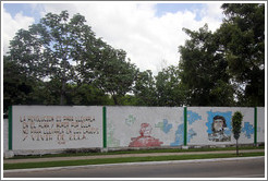 "Words by Che Guevara painted on a wall on Avenida de la Independencia: ""La revolución es para llevarla en el alma y morir por ella, no para llevarla en los labios y vivir de ella."" (""The revolution is to carry in your soul and to die for, not to carry on your lips and live from."")"