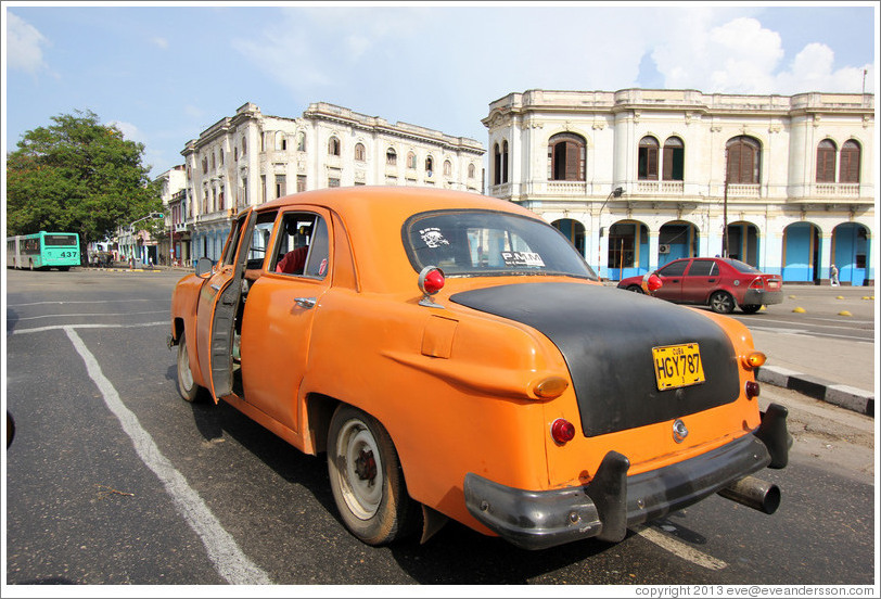 Orange and black taxi, Avenida Salvador Allende (Carlos III).