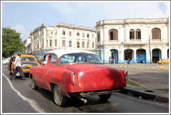 Red and white car, Avenida Salvador Allende (Carlos III).