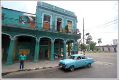 Blue car in front of a green building, Avenida Simon Bolivar (Calle Reina).