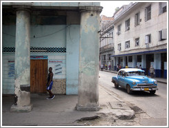 Blue car next to a blue building, Calle Padre Varela (Belonscoain).