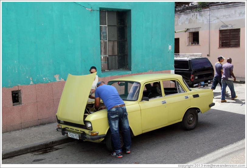 Broken down yellow car, Calle Padre Varela (Belonscoain).