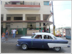 Blue and white car, Calzada 10 de Octubre.