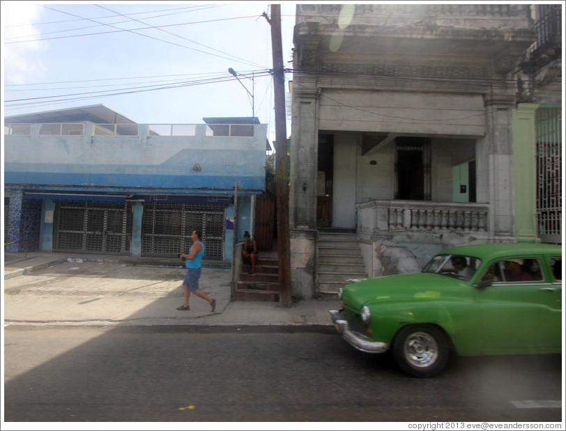 Blue building, green car, Calzada 10 de Octubre.