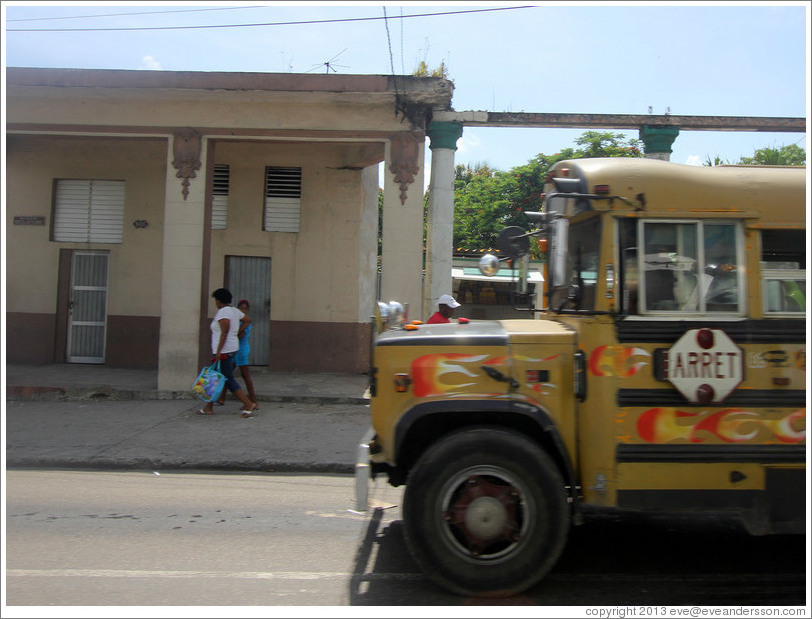 Repurposed school bus, now used to transport adults, Calzada 10 de Octubre.