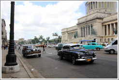 Black and white taxis in front of El Capitolio.