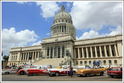 Cars parked in front of El Capitolio.
