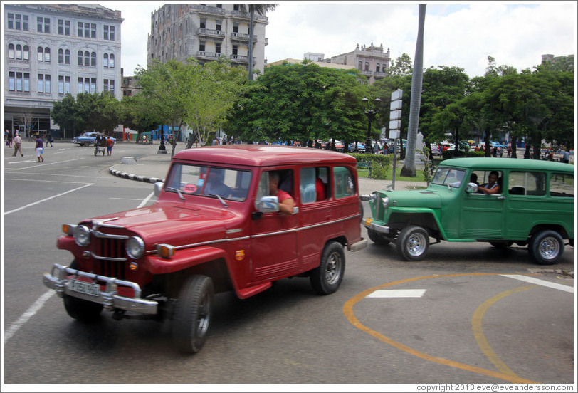 Red and green cars, Paseo del Prado.