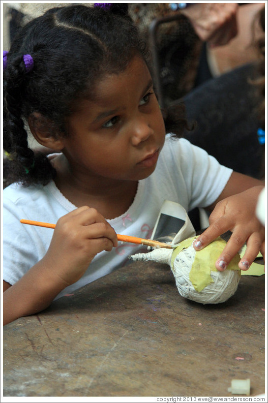 Girl making a papier-mâché fruit, Proyecto Salsita.