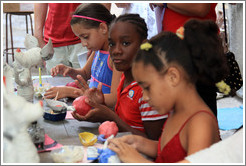 Children, making papier-mâché fruits, Proyecto Salsita.