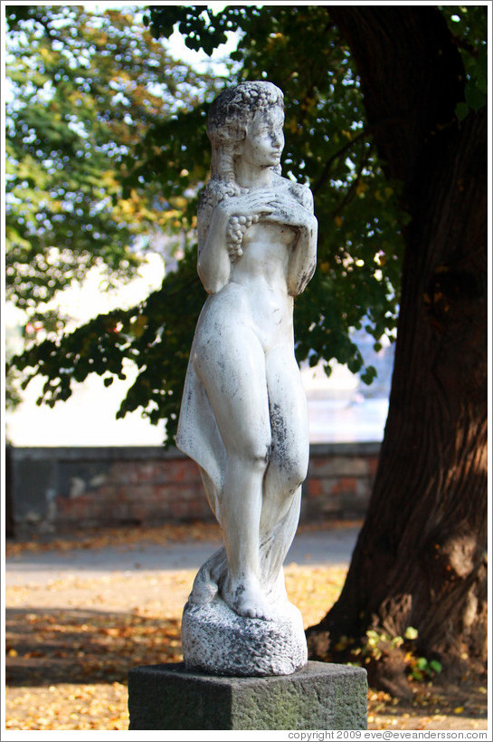 Sculpture of a girl with grape-like hair, Kampa, Mal?trana.