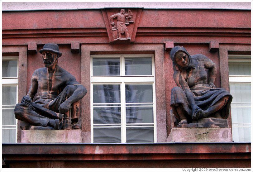 Male and female figures on a pink building, Na Per?t?ně, Star?ěsto.