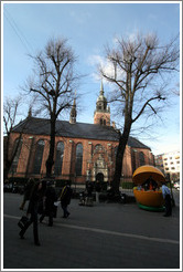 Hellig?skirken (The Church of The Holy Ghost) and a food vendor in a Pac-Man-like enclosure.  Str?get, city centre.