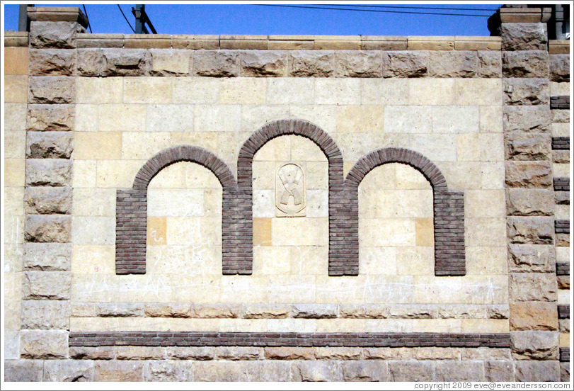 Wall decoration: three rounded arches.  Old Cairo (Masr el Adīma).