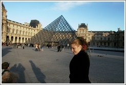 Eve in front of Louvre.