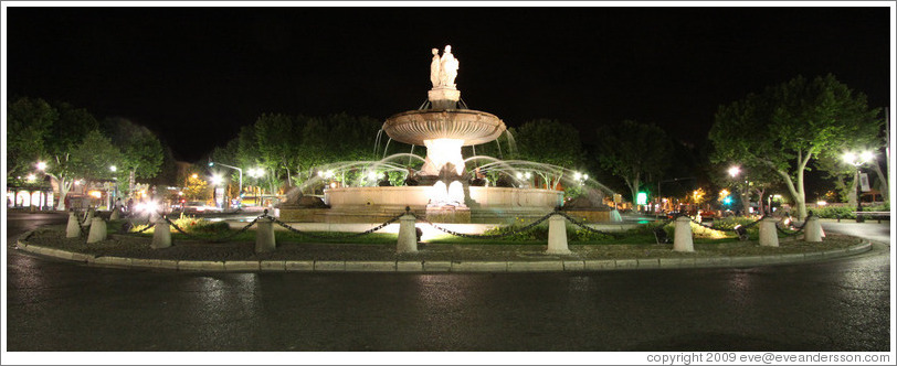 Fontaine de la Rotonde at night.