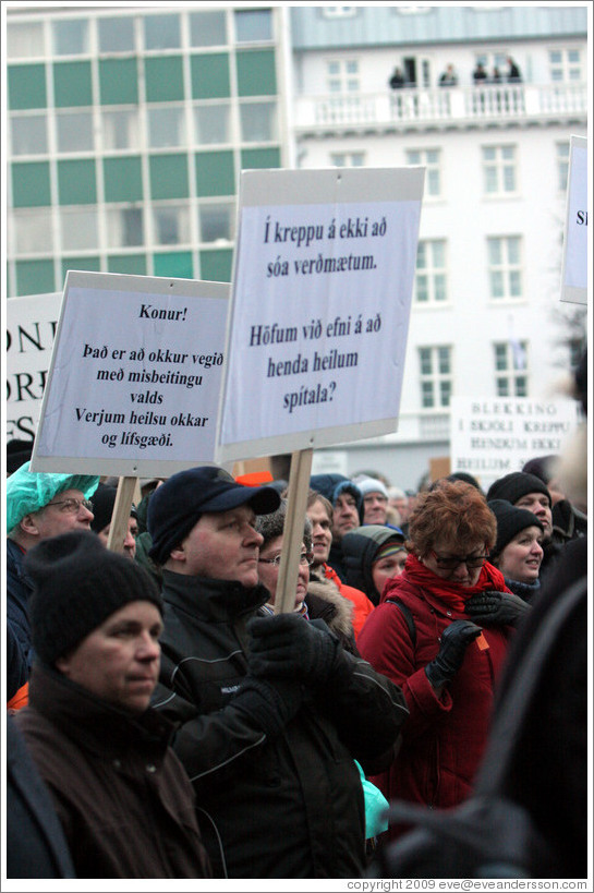 "Reykjavik protest.  The left sign says ""Konur! ?? a?kur vegi??sbegitingu valds; Verjum heilsu okkar og l?g?."" (""Women! We are under attack by abuse of power; Let's defend our health and living standards."")   The right sign says ""?kreppu ?kki a?a ver?um. H?fum vi?ni ??nda heilum sp?la?"" (""In a depression one should not waste valuables. Can we afford to throw away a whole hospital?"")"