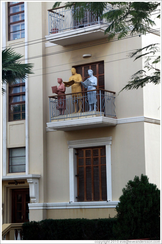 Sculptures of singers on balcony, Evergreen building, Rothschild Boulevard.
