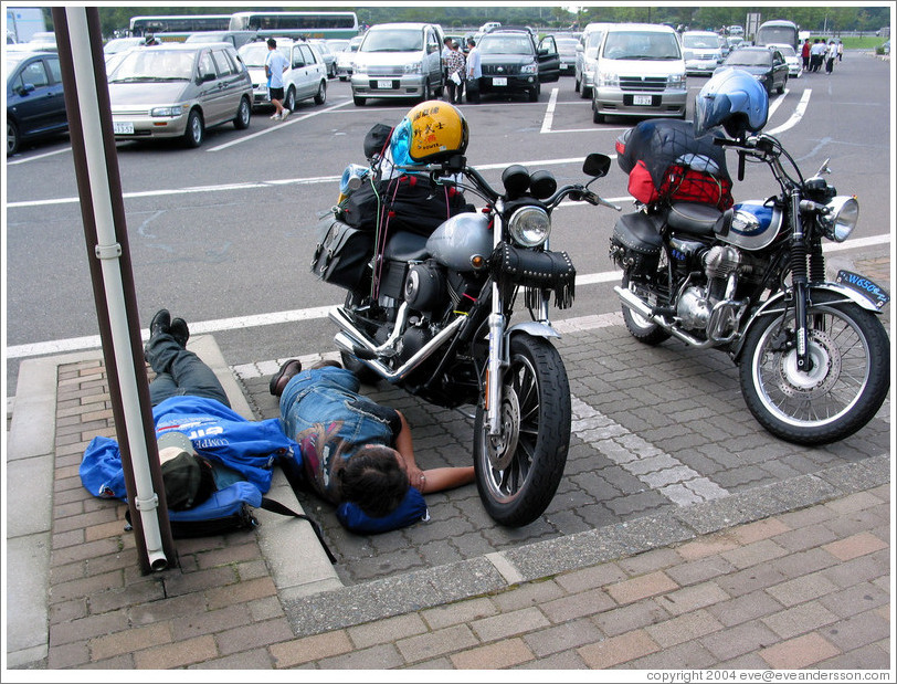 Expressway rest stop  Sleeping motorcyclists  (Photo ID