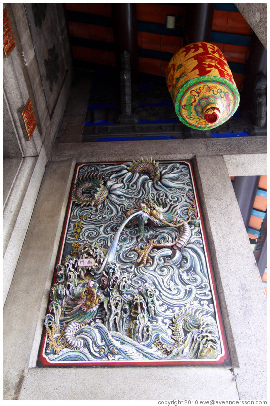 Dragons and lamp, Han Jiang Teochew Ancestral Temple.