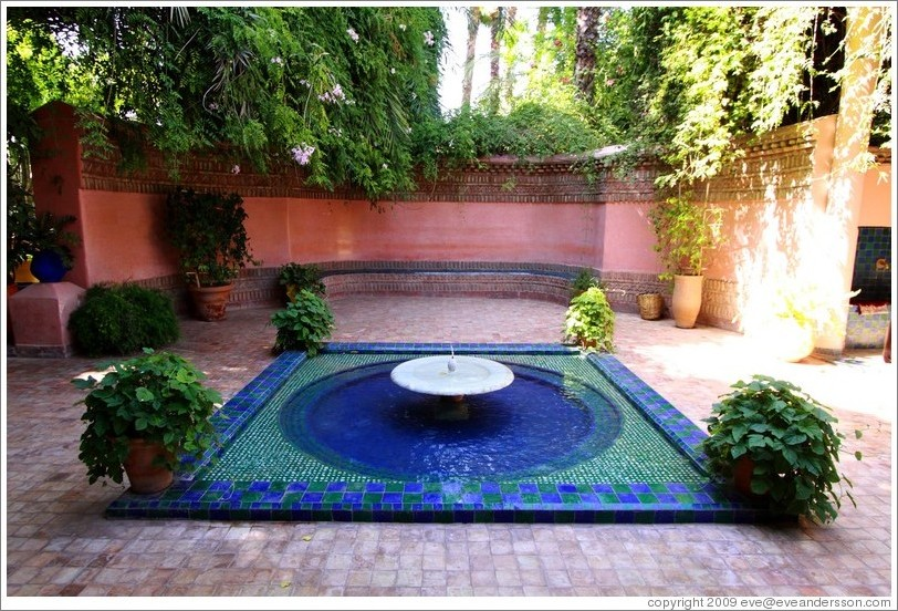 Fountain near entrance jardin majorelle photo id 15275 for Jardin yves saint laurent marrakech