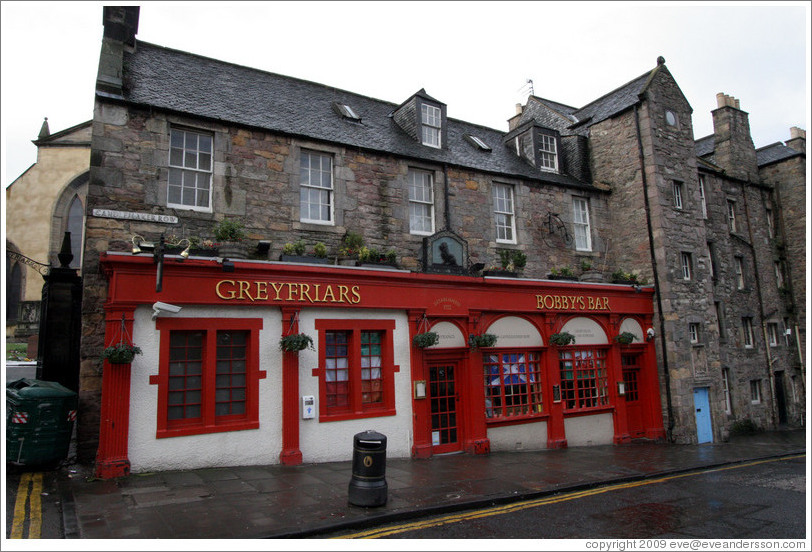 Greyfriars bobby 39 s bar candlemaker row old town photo for Classic house edinburgh