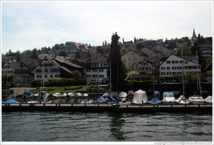 Boats and houses at the edge of Z?richsee (Lake Z?rich).
